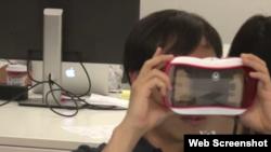 FullDive公司共同创始人尤森·托姆在测试虚拟现实设备