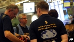 Para penumpang yang ikut dalam penerbangan komersial terlama di dunia non stop dari Singapura-New York, hari Kamis (11/10).