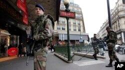 Militares franceses patrullan París como parte de las fuertes medidas de seguridad en busca de una de las sospechosas del atentado al periódico Charlie Hebdo.