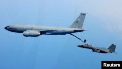 지난 2012년 5월 실시된 '맥스선더' 미·한 연례 합동공중훈련에서 한국 공군 F-15K 전투기(오른쪽)가 미군 KC-135 공중급유기에서 공중급유를 받고 있다. (자료사진)