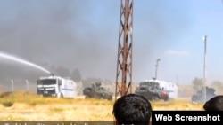 土耳其安全部队动用催泪瓦斯和高压水龙驱散投掷石块的人群。