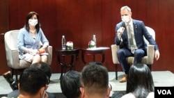 布拉格市長賀瑞卜(Zdeněk Hřib)9月4日召開記者會宣布與台北市未來多項的城市交流計劃。(美國之音黃麗玲攝)
