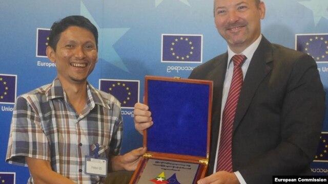 """ကိုထက္ေခါင္လင္းကို EU ဥေရာပသမဂၢ မွ ေပးအပ္ ခ်ီးျမႇင့္တဲ့ """"EU Lorenzo Natali Prize""""  မီဒီယာဆု ရရွိမႈ အတြက္ ဂုဏ္ျပဳ။ ( Photo Credit to- European Union Delegation to Myanmar)"""