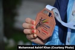 عائشہ ایاز دبئی کے انٹرنیشنل مقابلے میں جیتا ہوا کانسی کا میڈل دکھا رہی ہیں۔
