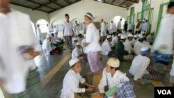 Beberapa siswa beristirahat setelah membaca kitab suci Qur'an di Pesantren Al Mukmin, Solo, tahun 2006 silam. (foto: dok)