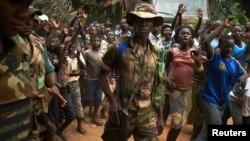 지난 11일 중앙아프리카 수도 방구이에서 벌어진 야외 종교 행사를 군인들이 감시하고 있다.