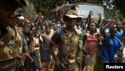 Hội đồng Bảo an đã phê chuẩn việc triển khai 6.000 binh sĩ Phi Châu và 1.600 binh sĩ Pháp tới Cộng hòa Trung Phi để giúp dẹp bạo động.