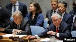 Le secrétaire d'État américain Rex Tillerson, à droite, parle à côté du Secrétaire général Antonio Guterres lors d'une réunion du Conseil de sécurité sur la situation en Corée du Nord aux Nations Unies (U.N.) à New York, le 28 avril 2017.