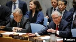 Američki državni sekretar Reks Tilerson (desno) na današnjoj sednici SB UN, pored generalnog sekretara UN Antonija Gutereša