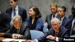 Sekreteri wa Reta w'Amerika, Rex Tillerson (Iburyo) ashikiriza inama muri ONU hambavu y'umunyamabanga wa ONU, Antonio Guterres