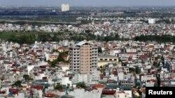 Một tòa nhà chung cư (giữa) đang xây cất ở Hà Nội, ngày 1 tháng 7, 2015.