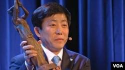 탈북자 출신으로 대북인권단체 자유북한연합운동을 이끌고 있는 박상학 대표가 13일 노르웨이 오슬로에서 바츨라프 하벨 인권상을 수상했다.