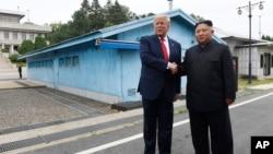 도널드 트럼프 미국 대통령과 문재인 한국 대통령이 30일 판문점에서 만나 악수하고 있다.