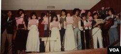 Sinh viên Đại học Berkeley hát cho thuyền nhân tháng 2/1982. Tác giả với đàn ghi-ta (Ảnh: Bùi Văn Phú)