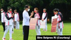 Jokowi berterimakasih kepada pasangan Ganda Putri dari cabang olahraga bulutangkis Greysia/Apriyani atas medali emas yang diraih. (Foto: Courtesy/Biro Setpres)