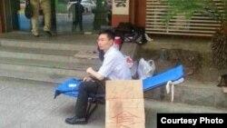 湖北维权律师张科科在武汉律师协会外绝食抗争 (网络图片)
