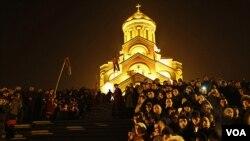 Warga Kristen Ortodoks di Georgia merayakan hari Natal di ibukota Tbilisi, Sabtu dini hari (7/1).