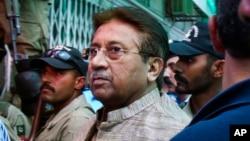 Cựu Tổng thống Pakistan Pervez Musharraf đến tòa án ở Islamabad, Pakistan, 20/4/2013
