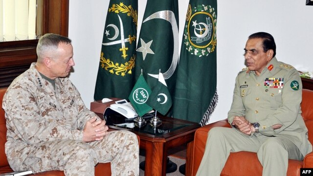 Pakistan's army chief, General Ashfaq Kayani (R), speaks with commander of U.S. and NATO forces in Afghanistan, General John Allen in Rawalpindi, Pakistan, August 2, 2012.