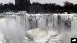 Les chutes du Niagara, congelées (AP)