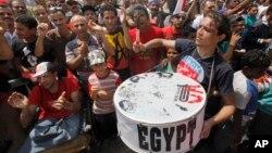 Dân Ai Cập biểu tình tại Quảng trường Tahrir ở Cairo chống Tổng thống Morsi, 1/7/13. Thông tấn xã Ai Cập loan tin 5 bộ trưởng mở cuộc họp để xem xét việc từ chức và gia nhập đoàn biểu tình kêu gọi ông Morsi ra đi