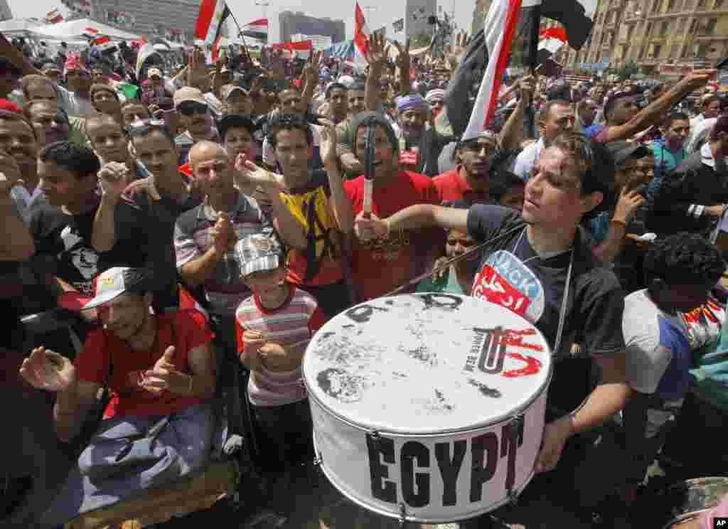 2013年7月1日,反对总统穆尔西及其穆斯林兄弟会的埃及抗议者聚集开罗解放广场,挥舞国旗,呼喊口号。