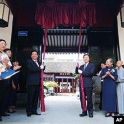 海协会会长陈云林(左)与慈济基金会副理事长王端正揭牌