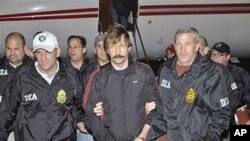 Russian arms trafficking suspect Viktor Bout, center, in US custody after being flown from Bangkok to New York, November 16, 2010