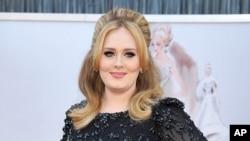 """ນັກຮ້ອງ ນາງ Adele ເດີນທາງໄປເຖິງ ງານມອບລາງວັນ Oscars ໃນນະຄອນ Los Angeles ຂອງລັດ California. ຊຸດເພງໃໝ່ """"25"""" ຂອງນາງ Adele ຂາຍໄປແລ້ວ ໄດ້ຫຼາຍກວ່າ 2 ລ້ານ 3 ແສນ ຊຸດ ຢູ່ໃນສະຫະລັດ ໃນລະຫວ່າງ 3 ມື້ ທີ່ໄດ້ວາງຂາຍໃນຕະຫຼາດ ອັນເປັນຕົວເລກທີ່ຍອດຢ້ຽມທີ່ສຸດສຳຫຼັບອຸດສາຫະກຳດ້ານດົນຕີ ຊຶ່ງໄດ້ມີການຂາຍ ທີ່ຫຼຸດລົງສະເໝີມາ ໃນຍຸກສະໄໝຂອງດິດຈິດໂຕລ."""