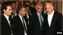 PM Papandreou menghadiri rapat darurat menteri Parlemen Yunani di Athena (8/11).