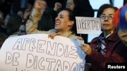 Protestas contra el presidente Rafael Correa luego de conocerse la sentencia contra tres directivos del diario El Universo.