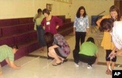教师在培训中测量5步走多长距离