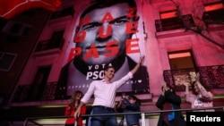 Perdana Menteri Spanyol Pedro Sanchez dari Partai Pekerja Sosialis (PSOE) merayakan hasil pemilu, di Madrid, Spanyol, 28 April 2019.