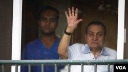سابق مصری صدر حسنی مبارک اپنی اسیری کے دوران اسپتال کے کمرے سے اپنی حامیوں کا شکریہ ادا کررہے ہیں۔ فائل فوٹو