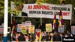 Para aktivis HAM melakukan demonstrasi bertepatan dengan acara penyambutan Presiden China, Xi Jinping oleh Ratu Inggris Elizabeth di istana Buckhingham, London hari Selasa (20/10).