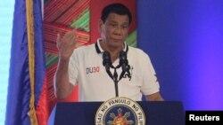 로드리고 두테르테 필리핀 대통령이 21일 연설도중 유럽연합(EU)이 필리핀 정부의 마약범죄자 처벌에 대해 '엄격하게 감시하겠다'고 밝힌 사실을 언급하면서 가운데 손가락을 세워보이고 있다.