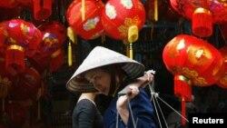 Một người bán hàng rong tại Hà Nội. Chỉ có 2% người Việt Nam tự nhận mình nghèo, theo khảo sát mới của Nhật.