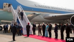 Los integrantes del Servicio Secreto cuestodiando la escalera del Air Force One a la llegada de Barack y Michelle Obama a India.