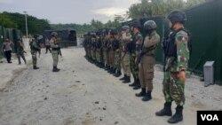 Aktifitas Personel TNI POLRI di Pos Komando Taktis Satuan Tugas Operasi Madago Raya di Kecamatan Poso Pesisir, Kabupaten Poso, Sulawesi Tengah. (Foto : VOA/Yoanes Litha)