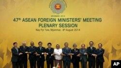 Bộ trưởng Ngoại giao Hiệp hội các quốc gia Đông Nam Á (ASEAN) chụp ảnh lưu niệm tại Myanmar, ngày 8/8/2014.