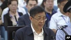 Mantan politisi senior China, Bo Xilai saat menghadiri sidang di pengadilan Jinan, provinsi Shandong, 25 Agustus 2013 (Foto: dok).