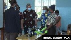 Mike Hammer visite les activés de la fondation Panzi, à Bukavu, en RDC, le 16 avril 2021.