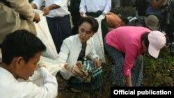 ႔ေဒၚေအာင္ဆန္းစုၾကည္က ေကာ႔မွဴးမွာ တႏုိင္ငံလံုး အမိွုက္ကင္းရွင္းေရး လႈပ္ရွားမႈအေနနဲ႔ အမိႈက္ေကာက္ခဲ႔ (Photo-NLD Chairperson)