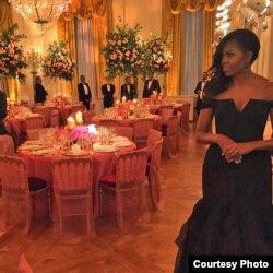 在国宴厅的第一夫人米歇尔身穿华裔设计师王薇薇的礼服 (照片来源:第一夫人推特)