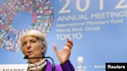 La directora del FMI, Christine Lagarde, habla durante la cita con el Banco Mundial en Tokio.