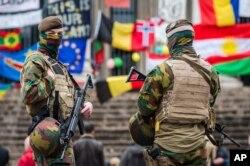 Lính Bỉ canh gác tại một địa điểm tưởng niệm tại Brussels.