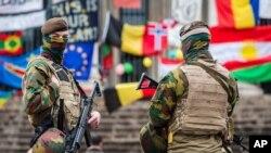벨기에 군인들이 27일 브뤼셀의 한 테러 희생자 추모시설을 지키고 있다.