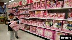 美国首都华盛顿地区一家玩具店里的这个货架上的玩具都是中国制造的。(资料照片)