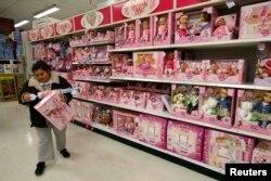 华盛顿一家玩具店里的这个货架上的玩具都是中国制造的(2011年1月14日)