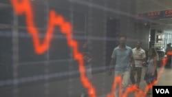 Indeks saham di Athena, Yunani. Short selling diduga sebagai salah satu penyebab utama bergolaknya pasar saham.